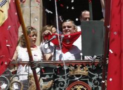 concejal-PSN-Eduardo-Vall-ensena-balcon-Ayuntamiento-panuelo-rojo-simbolo-fiestas-San-Fermin