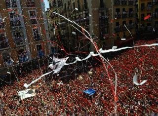inicio-fiestas-San-Fermin-reune-miles-personas-Plaza-Ayuntamiento-Pamplona