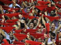 Miles-personas-reunen-Plaza-Ayuntamiento-Pamplona-dar-bienvenida-San-Fermin