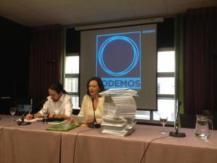 Carolina-Bescansa--junto-a-Pablo-Iglesias--en-la-presentacion-de-los-15-000-avales-que-recogio-Podemos--