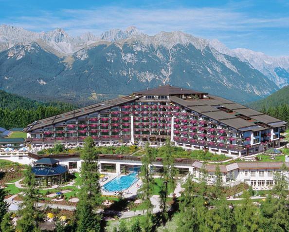Das Interalpen-Hotel Tyrol im österreichischen Telfs. In einem Pilotprojekt wurden 17 der insgesamt 286 Gästezimmer mit handbearbeiteten Landhausdielen ausgestattet.